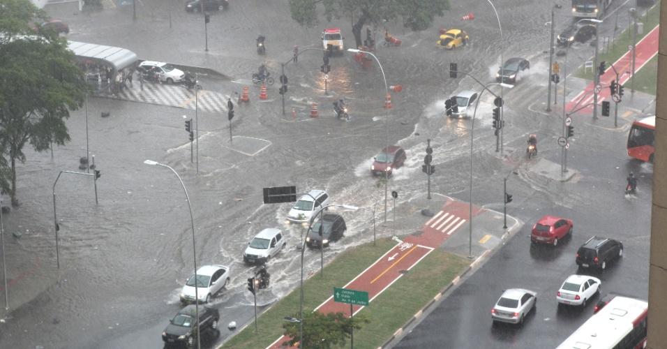 13.dez.2012 - A chuva no final da tarde desta quinta-feira (13) em São Paulo alagou o cruzamento estre as avenidas Rebouças e Faria Lima, na zona oeste. As regiões central e as zona leste e oeste da capital paulista entraram em estado de atenção para alagamentos, segundo o CGE (Centro de Gerenciamento de Emergência)