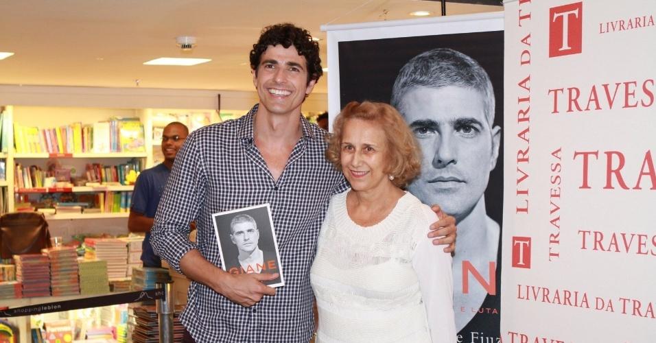 13.dez.2012 - A mãe de Reynaldo Gianecchini, Heloísa Helena, prestigiou o lançamento da biografia do filho,