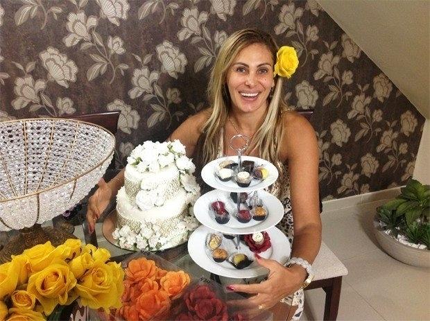 13.dez.2012 - Ângela Bismarchi faz degustação de doces para seu casamento