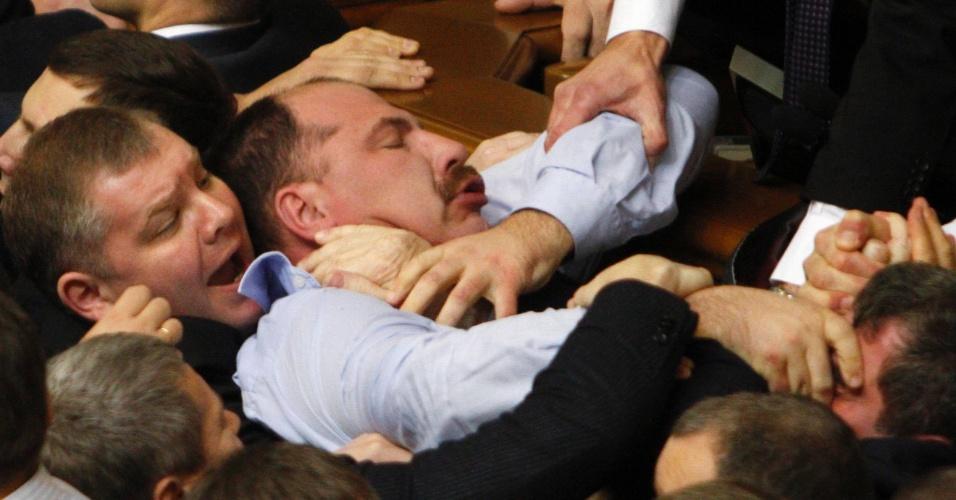 13.dez.2012 - Deputados ucranianos trocam socos no Parlamento da Ucrânia, em Kiev, capital do país. Pelo segundo dia, os parlamentares da oposição entraram em confronto com os governistas