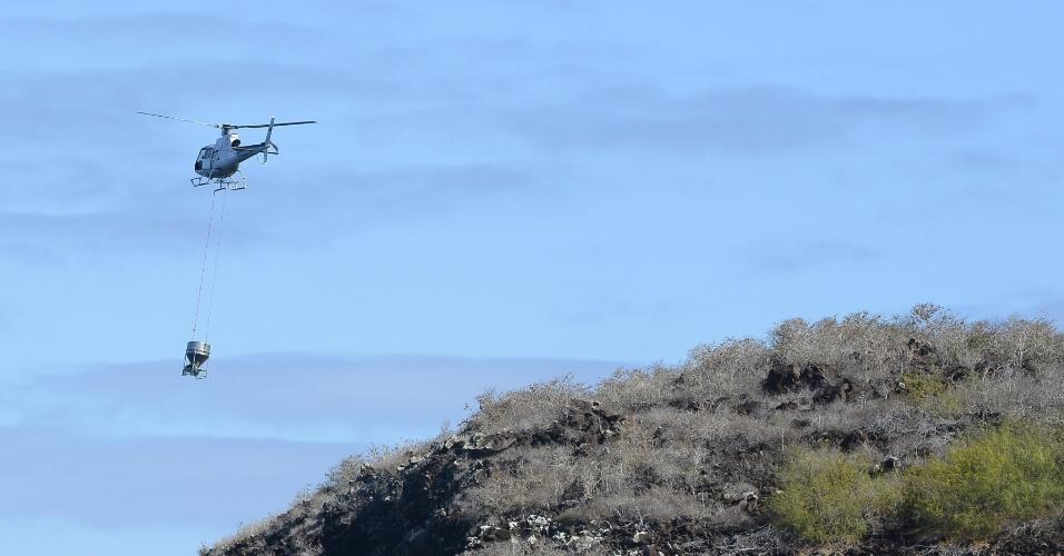 13.dez.2012 - Helicóptero lança veneno para exterminar ratos na desabitada Ilha Pinzón, que integra o arquipélago de Galápagos, no Equador
