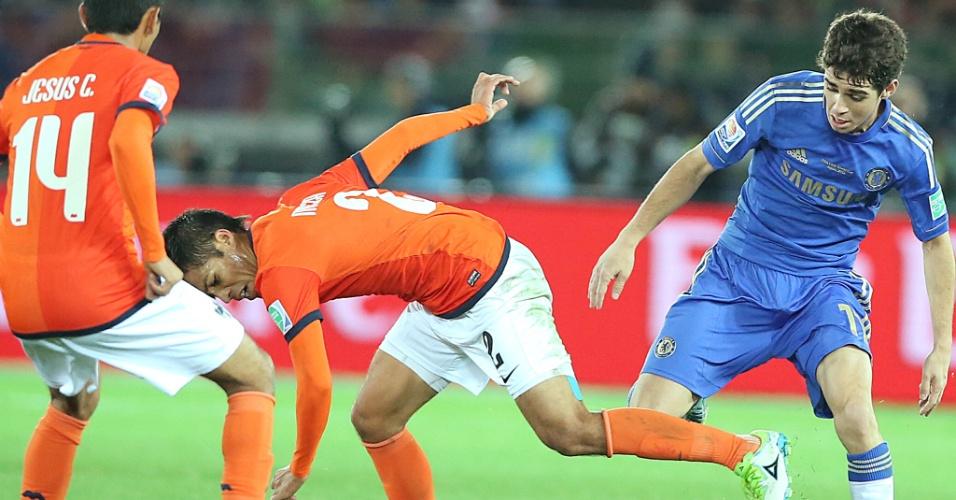 13.dez.2012 - Meia Oscar disputa a bola com jogador do Monterrey durante a semifinal do Mundial de Clubes