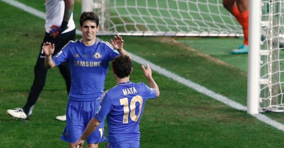 13.dez.2012 - Oscar e Mata comemoram o terceiro gol do Chelsea, marcado por Chavez, do Monterrey