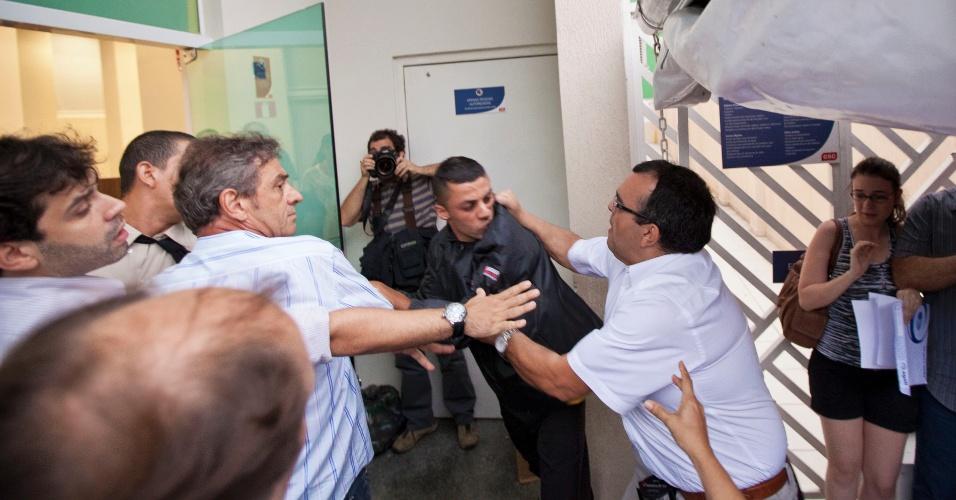 13.dez.2012 - Problemas na entrega de passaportes têm gerado constantes conflitos no Consulado Americano, em São Paulo
