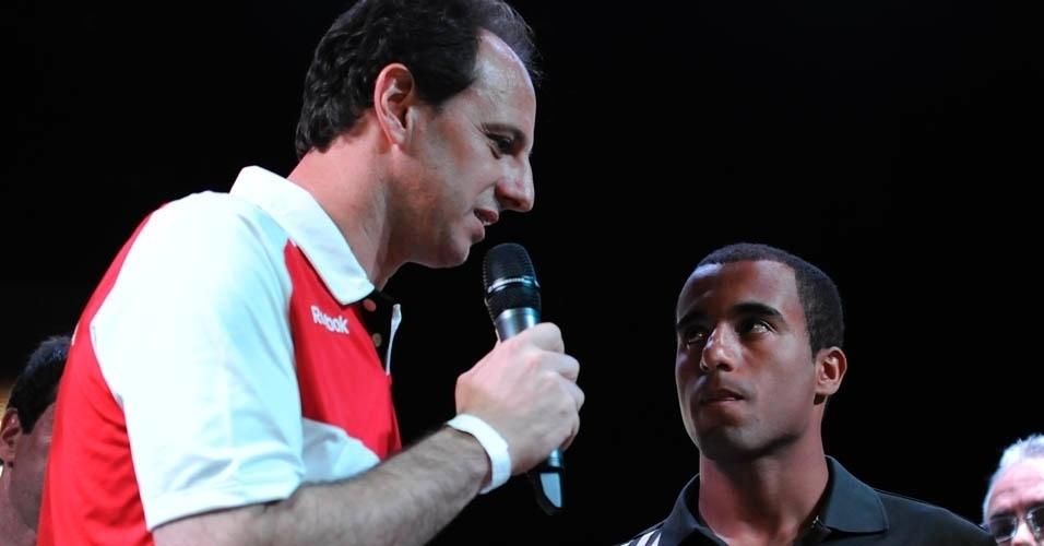 13.dez.2012 - Rogério Ceni discursa na despedida de Lucas durante a festa do São Paulo após o título da Copa Sul-Americana