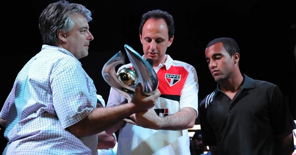 13.dez.2012 - Rogério Ceni segura troféu na festa do São Paulo após o título da Copa Sul-Americana
