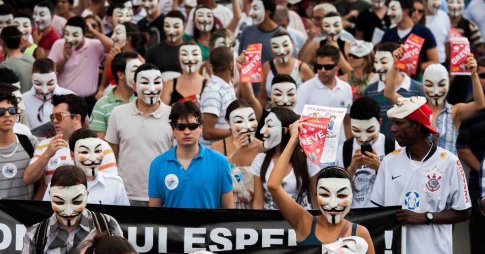 13.dez.2012 - Sindicato dos Aeroviários e dos aeronautas protestam nesta quinta-feira (13) no aeroporto de Congonhas, em São Paulo (SP), a favor de reajuste salarial e melhores condições de trabalho