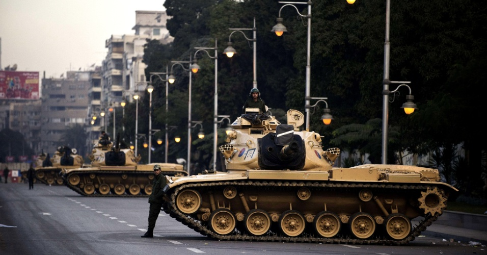 13.dez.2012 - Tanques do exercito egípcio são deslocados para as proximidades do palácio presidencial, no Cario, na manhã de quinta-feira (13). A crise no Egito não mostra sinal de acalmar com a demora do exercito e governo em estabelecer diálogo para uma nova constituição
