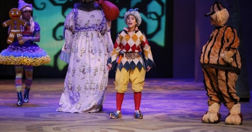"""7.dez.2012 - Caracterizada de Elfo Sapateiro, Camila Camargo ensaia """"Shrek - O Musical"""" no Teatro João Caetano, no Rio"""