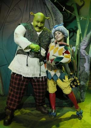 "7.dez.2012 - Caracterizada de Elfo Sapateiro, Camila Camargo posa ao lado de Diego Luri, que vive Shrek, durante ensaio de ""Shrek - O Musical"" no Rio - Felipe Panfili/AgNews"