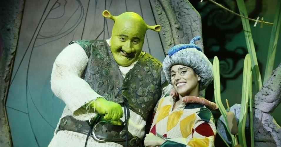 """7.dez.2012 - Caracterizada de Elfo Sapateiro, Camila Camargo posa ao lado de Diego Luri, que vive Shrek, durante ensaio de """"Shrek - O Musical"""" no Rio"""