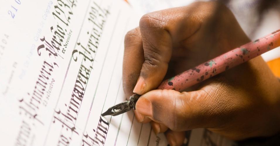Aluna escreve em curso de caligrafia