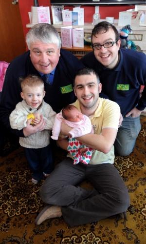 Com a pequena Awen, a família Jenkins comemorou o nascimento da primeira menina em mais de cem anos