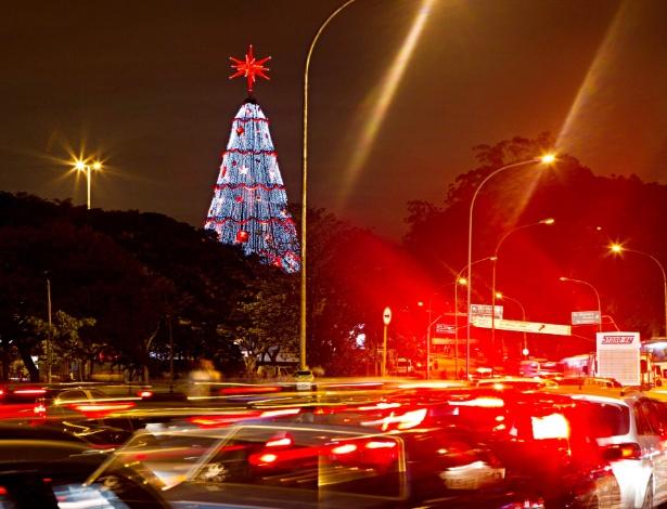 Paradinha para ver a  árvore de Natal do Ibirapuera, na zona sul de São Paulo, gera congestionamento - Eduardo Knapp/Folhapress