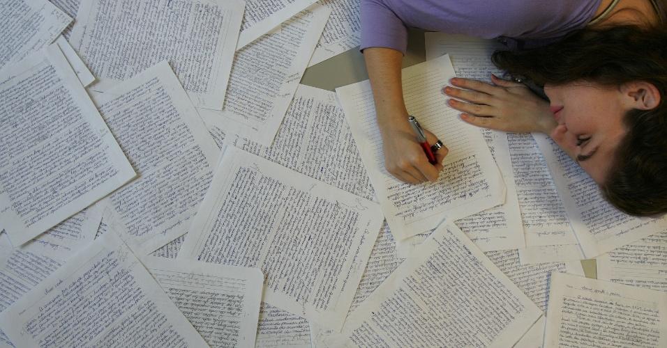 Estudante treina redação e provas dissertativas para vestibular