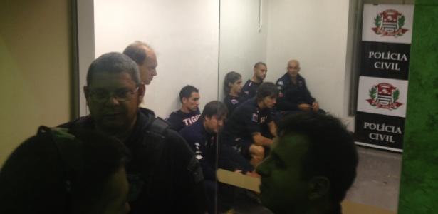 Jogadores do Tigre chegam à delegacia para prestar depoimento sobre a confusão