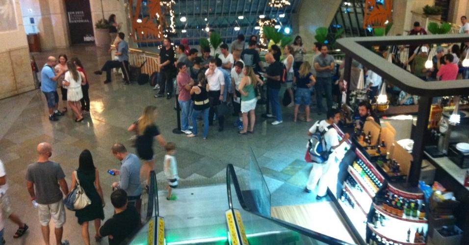 238ff139d1e Consumidores fazem fila para lançamento do iPhone 5 no Brasil  novidade  custa até R  3.100