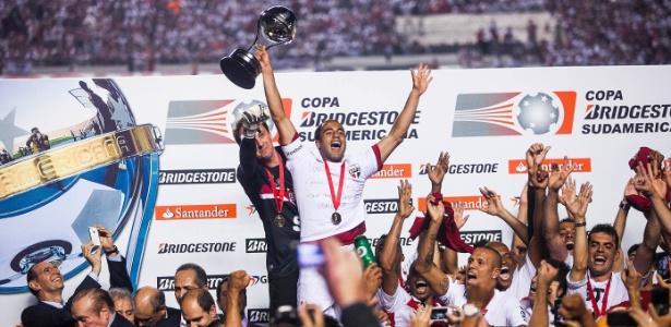 Lucas ergue a taça ao lado de Rogério Ceni após São Paulo conquistar a Sul-Americana