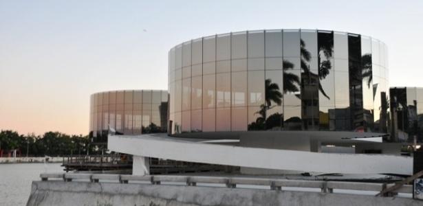 13.dez.2012 - O Museu de Arte Popular da Paraíba, obra mais recente do arquiteto Oscar Niemeyer, é inaugurada nesta quinta-feira (13) em Campina Grande. Batizado ?Museu dos Três Pandeiros?, a obra é a primeira do arquiteto na cidade. Niemeyer morreu em 5 de dezembro, no Rio de Janeiro, vítima de problemas respiratórios, aos 104 anos
