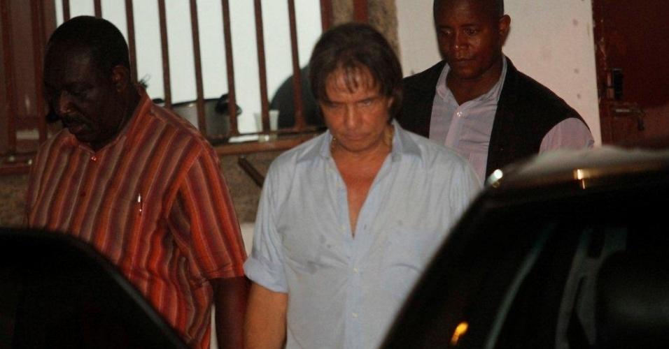 13.dez.2012 - Roberto Carlos visita a Igreja de Santa Luzia, no centro do Rio de Janeiro