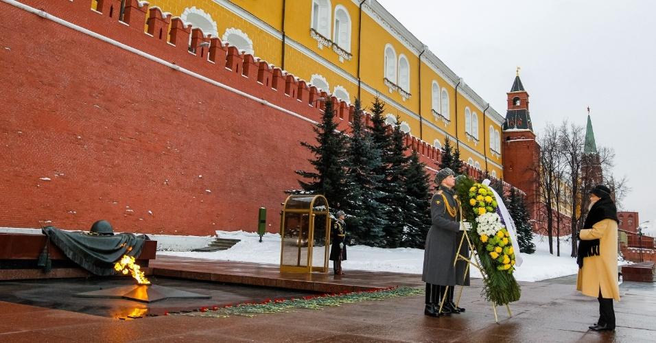 14.dez.2012 - A presidente Dilma Rousseff (dir.) participa de cerimônia na Tumba do Soldado Desconhecido em frente ao Kremlin, em Moscou
