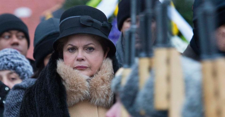 14.dez.2012 - A presidente Dilma Rousseff participa de cerimônia na Tumba do Soldado Desconhecido em frente ao Kremlin, em Moscou