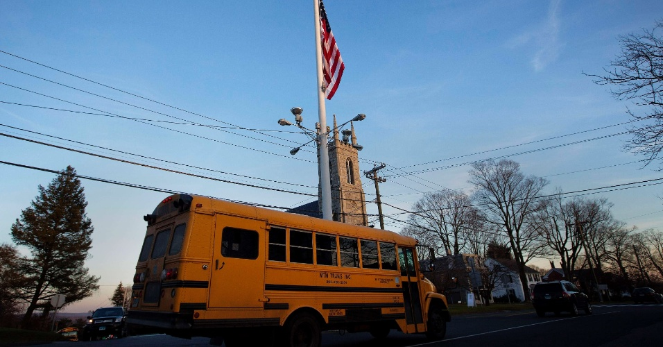 14.dez.2012 - Bandeira norte-americana é vista a meio-mastro em avenida de Newtown, cidade do Estado de Connecticut (EUA), onde um atirador matou 27 pessoas na escola primária Sandy Hook nesta sexta-feira (14). Entre os mortos, 20 eram crianças. O atirador morreu no local