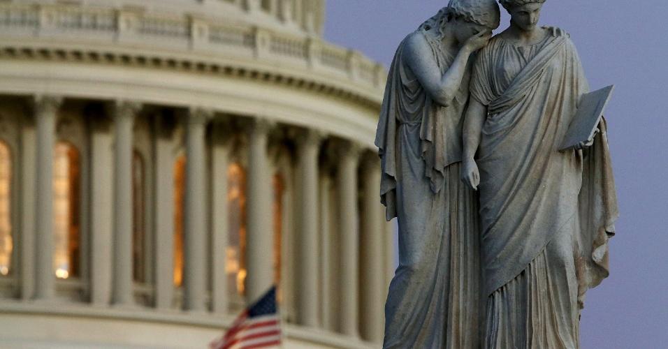 14.dez.2012 - Bandeiras são colocadas a meio-mastro, no Capitólio dos EUA, para homenagear as vítimas, após a ordem do presidente Barack Obama, em discurso sobre o tiroteio na Escola Primária Sandy Hook, nesta sexta-feira (14)