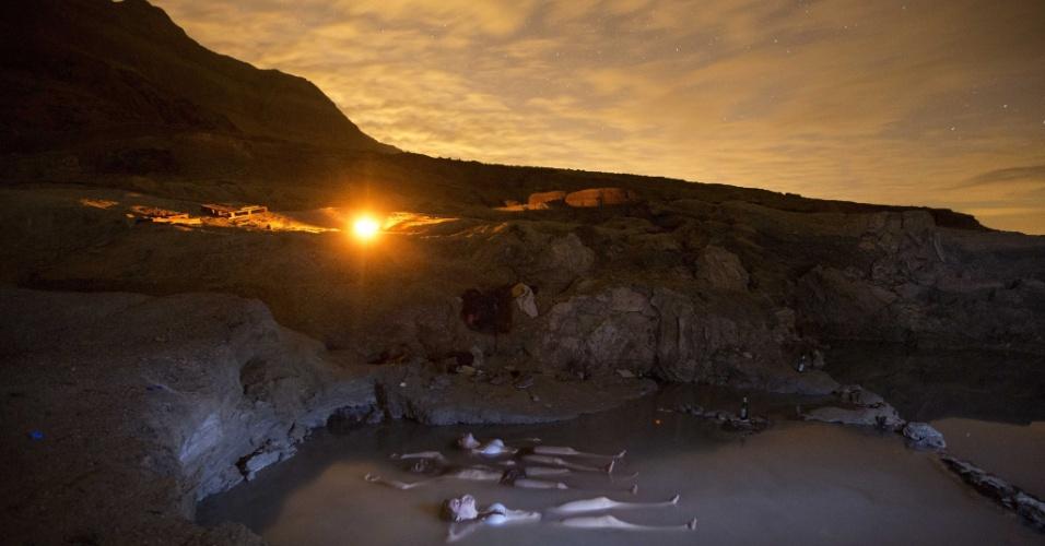 14.dez.2012 - Grupo de pessoas flutua sobre nascente de água quente na costa do mar Morto perto do Kibbutz Ein Gedi, enquanto observa o céu à procura de meteoros Geminida no deserto da Judeia, em Israel