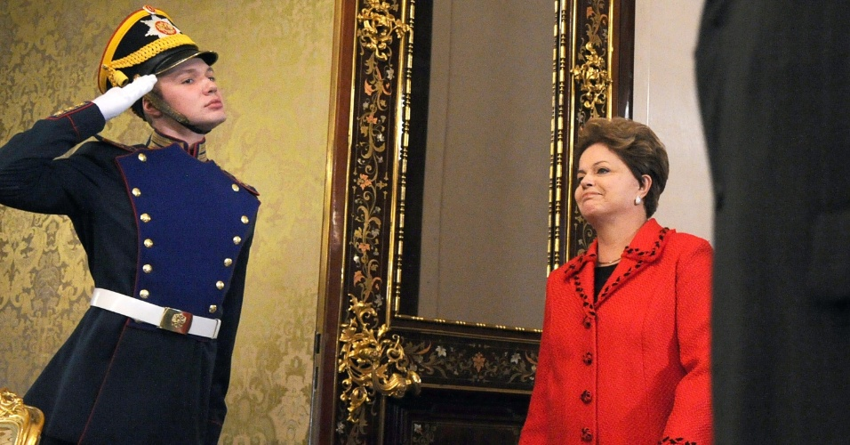 14.dez.2012 - A presidente Dilma Rousseff passa por guarda russo durante visita ao Kremlin, em Moscou