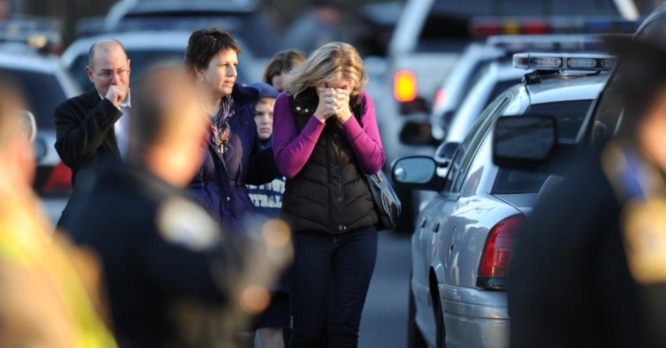 14.dez.2012 - Mulher chora perto da Escola Primária Sandy Hook, em Newtown, no Estado americano de Connecticut, onde ocorreu um tiroteio que matou pelo menos 20 crianças, seis adultos e o atirador, nesta sexta-feira (14)
