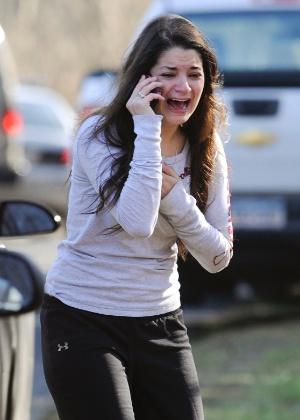 Jillian Soto, irmã da professora Victória, se desespera em busca de informações ao chegar na escola primária Sandy Hook em Newtown, no Estado americano de Connecticut, após o massacre que deixou 26 pessoas mortas - Jessica Hill/Reuters