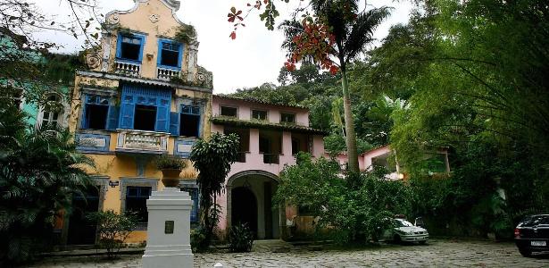 O Largo do Boticário, tombado como Patrimônio Cultural do Rio de Janeiro, está localizado na rua Cosme Velho