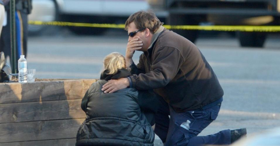 14.dez.2012 - Pessoas se consolam após tiroteio que deixou pelo menos pelo menos 20 crianças, seis adultos e o atirador mortos, na Escola Primária Sandy Hook, em Newtown, no Estado americano de Connecticut, nesta sexta-feira