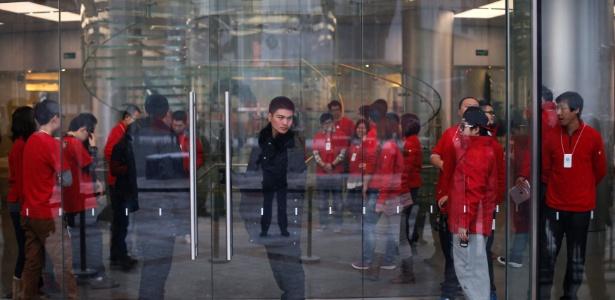 Seguranças e funcionários da Apple Store em Pequim aguardam abrir loja para venda do iPhone 5 na China - Petar Kujundzic/Reuters