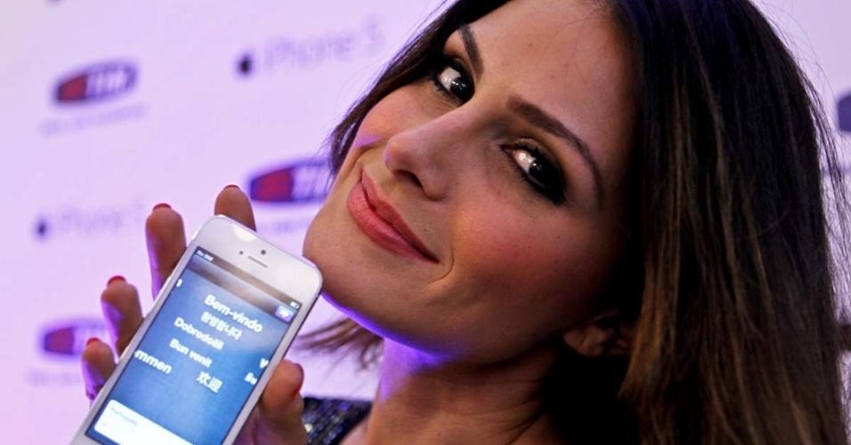 A ex-miss Brasil Natália Guimarães participa do lançamento do iPhone 5 na TIM do shopping Eldorado