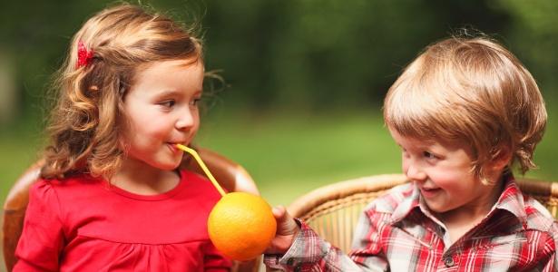 O papel dos pais é oferecer aos filhos oportunidades para fazerem o bem - Thinkstock