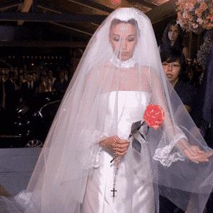 Janaína Barbosa de vestido em zibeline italiana e renda valenciana criado por Flávia Galli para seu casamento com Otávio Mesquita, em 2002 - Folha Imagem
