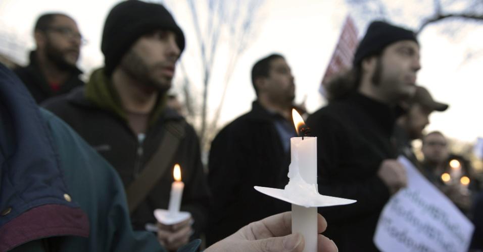 Pessoas com velas nas mãos fazem vigília nos arredores da Casa Branca, em Washington (EUA), pelos mortos no tiroteio desta sexta-feira (14) na escola primária Sandy Hook, em Newtown, no Estado americano de Connecticut. Um atirador matou 27 pessoas, na maioria crianças, e morreu no local