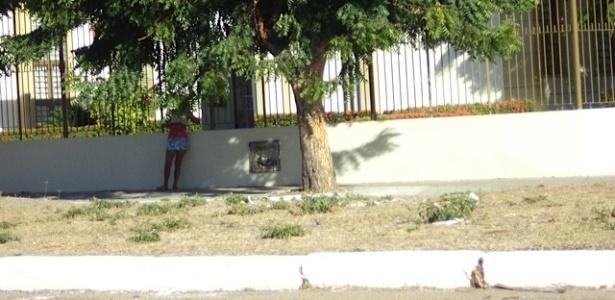 """Prostituta na av. JK, que dá acesso ao Castelão: """"O programa custa R$ 10 ou um prato de comida"""""""