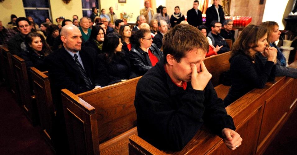 14.dez.2012 - Centenas de pessoas se reúnem dentro e fora da igreja Saint Rose of Lima, em vigília às 26 vítimas do ataque na escola primária Sandy Hook, em Newtown, Connecticut. Além delas, uma mulher, apontada com a mãe do atirador, Adam Lanza, e o próprio atirador morreram nesta manhã