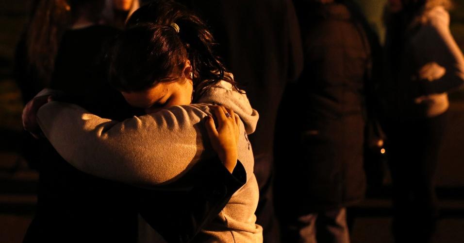14.dez.2012 - Pessoas fazem vigília na igreja Saint Rose of Lima, em Newtown, Connecticut, onde fica a escola primária Sandy Cook
