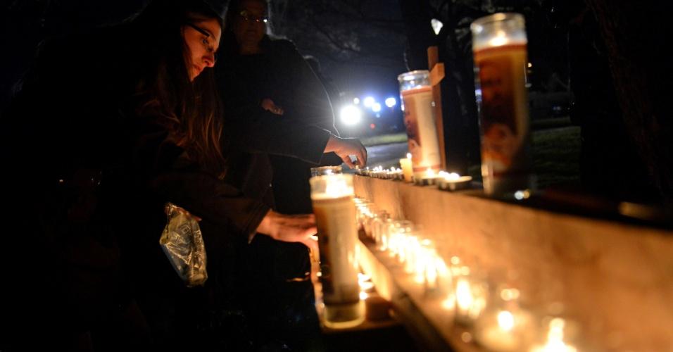 14.dez.2012 - Pessoas se reúnem em vigília diante da igreja Saint Rose of Lima, em Newtown, Connecticut, próxima da escola primária Sandy Hook, onde 26 pessoas foram mortas nesta manhã