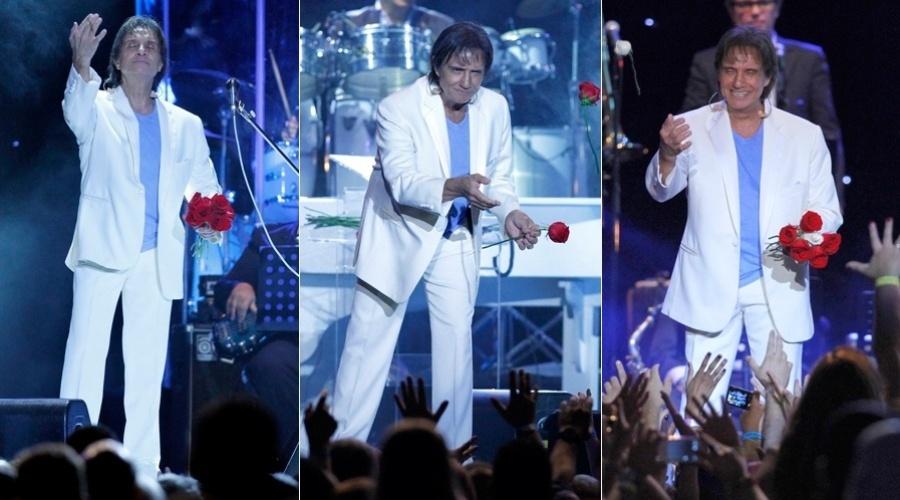 14.dez.2012 - Roberto Carlos fez o show de encerramento da sua turnê no Maracanãzinho, zona norte do Rio. Ao final da apresentação , o cantor distribuiu rosas para a plateia