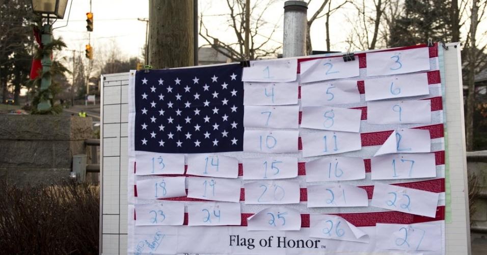 15.dez.12 - Bandeira norte-americana é coberta com os nomes dos mortos no massacre a tiros que aconteceu em Connecticut nesta sexta
