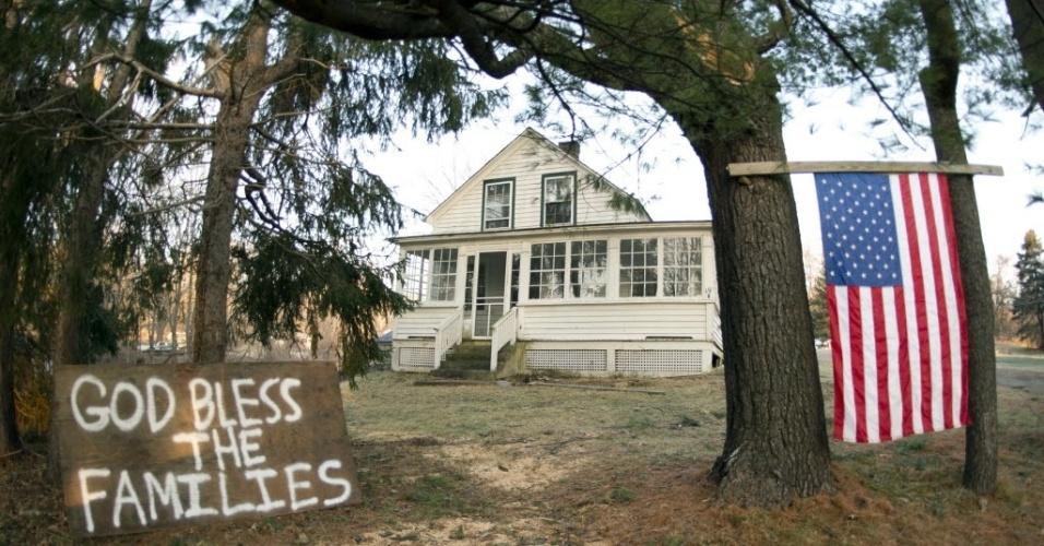 15.dez.2012 - Cartaz diante de casa próxima à escola que foi cenário de massacre nos EUA nesta sexta diz