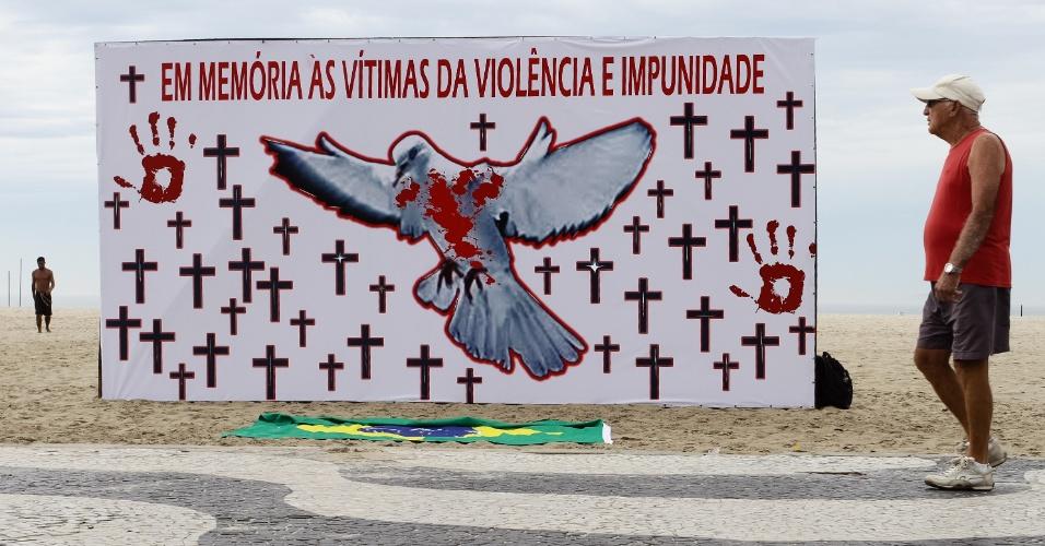 15.dez.2012 - A ONG Rio da Paz faz ato de solidariedade na praia de Copacabana, zona sul do Rio de Janeiro, na manhã deste sábado, às vítimas do massacre em escola primária no Estado de Connecticut (EUA). Nesta sexta-feira (14), um atirador matou 27 pessoas, entre elas 20 crianças, na escola Sandy Hook, na cidade de Newtown, onde morreu em seguida. A tragédia chocou os Estados Unidos
