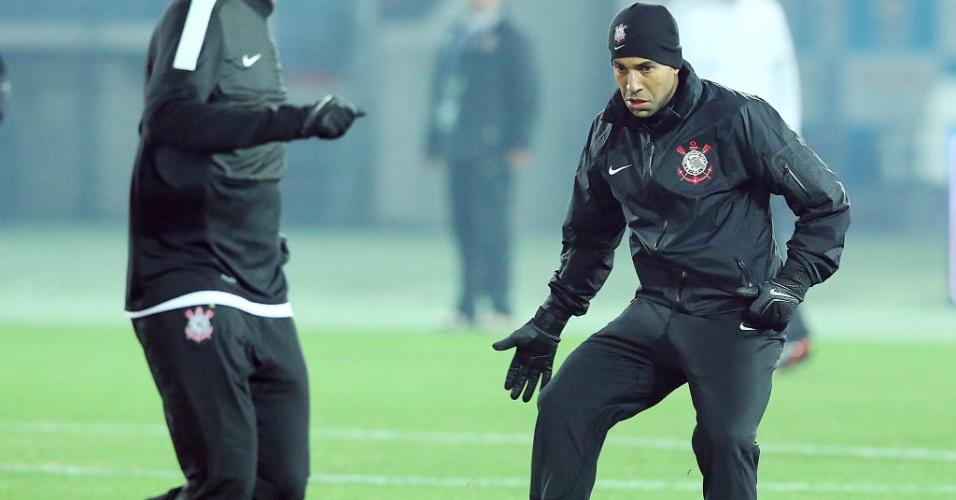 15.dez.2012 - Emerson Sheik passa a bola para um companheiro no treino do Corinthians em Yokohama; atacante será titular na decisão do Mundial de Clubes contra o Chelsea