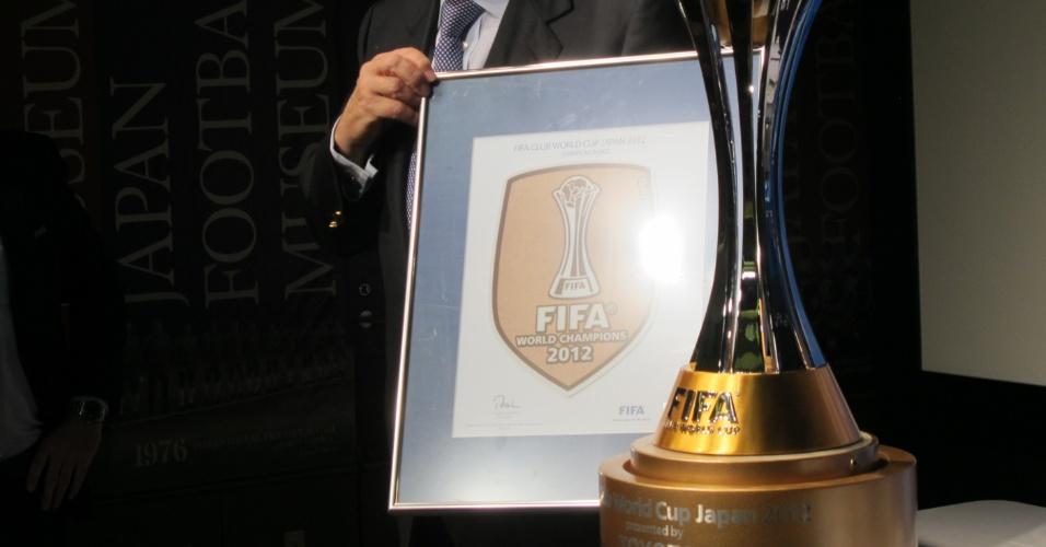 15.dez.2012 - Joseph Blatter, presidente da Fifa, exibe o brasão oficial do Mundial de Clubes, que será usado na camisa pelo clube vencedor da competição