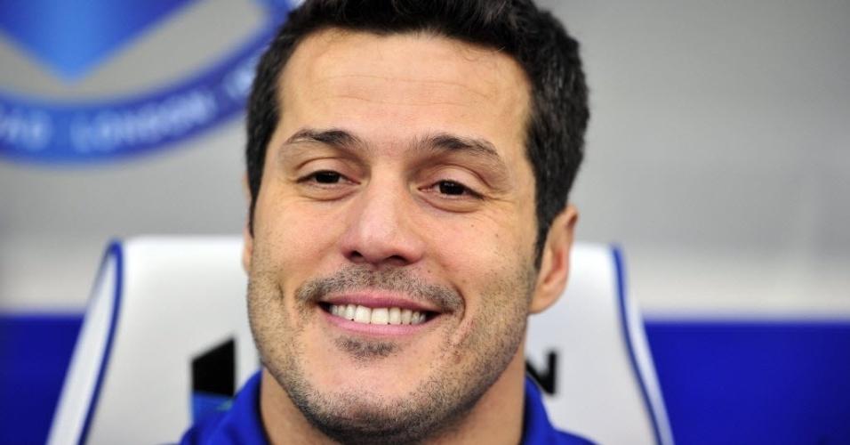 15.dez.2012 - Júlio César, ex-goleiro da seleção brasileira, amarga o banco de reservas durante partida do QPR contra o Fulham, pelo Campeonato Inglês